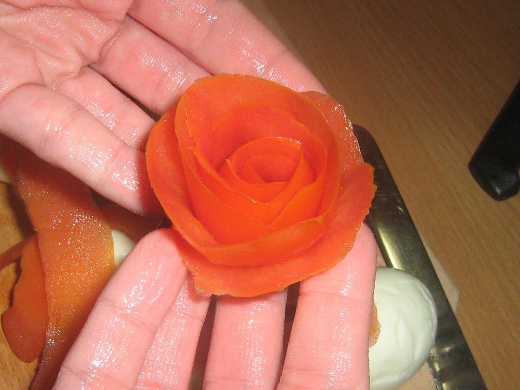 Видео как сделать из помидора розочку